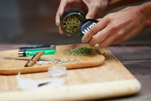 8 SIMPLE STEP TO ROLL A BLUNT